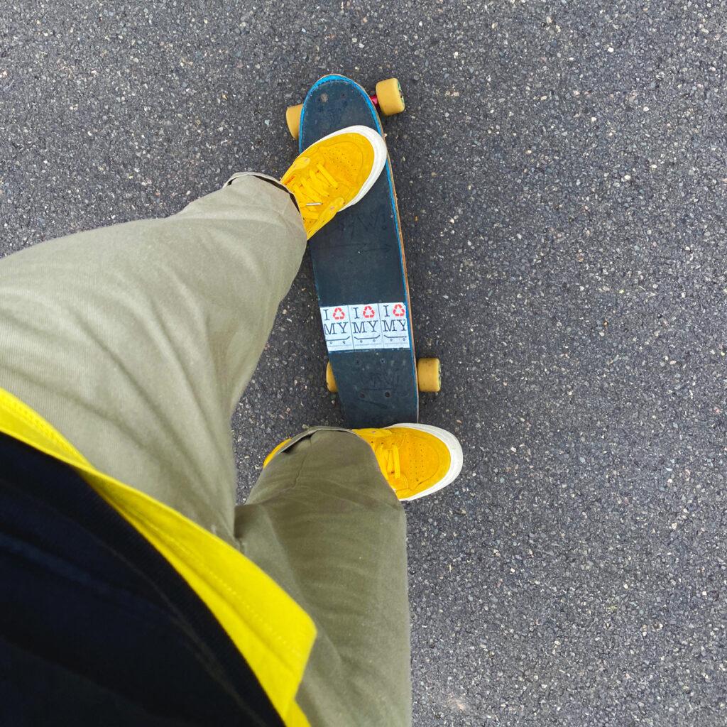 Jonas steht auf einem Skateboard